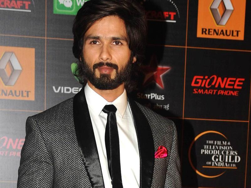Shahid Kapoor poses for shutterbugs. (AFP)