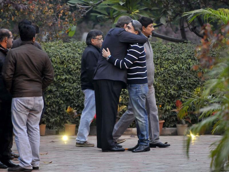 Grieving relatives and family members of Shashi Tharoor and his wife Sunanda Pushkar at his residence at Lodhi Estate in New Delhi. (Sushil Kumar/HT)