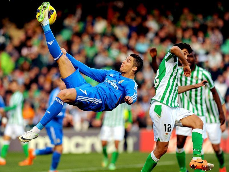 Real Madrid's Cristiano Ronaldo, left, and Betis' Didac Vila, right, fight for the ball during their La Liga soccer match at the Benito Villamarin stadium, in Seville, Spain on Saturday. AP photo