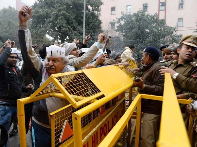 Supporters of Delhi CM Arvind Kejriwal charge a police barricade in an attempt to join fellow protestors during a dharna in New Delhi. (AFP photo)