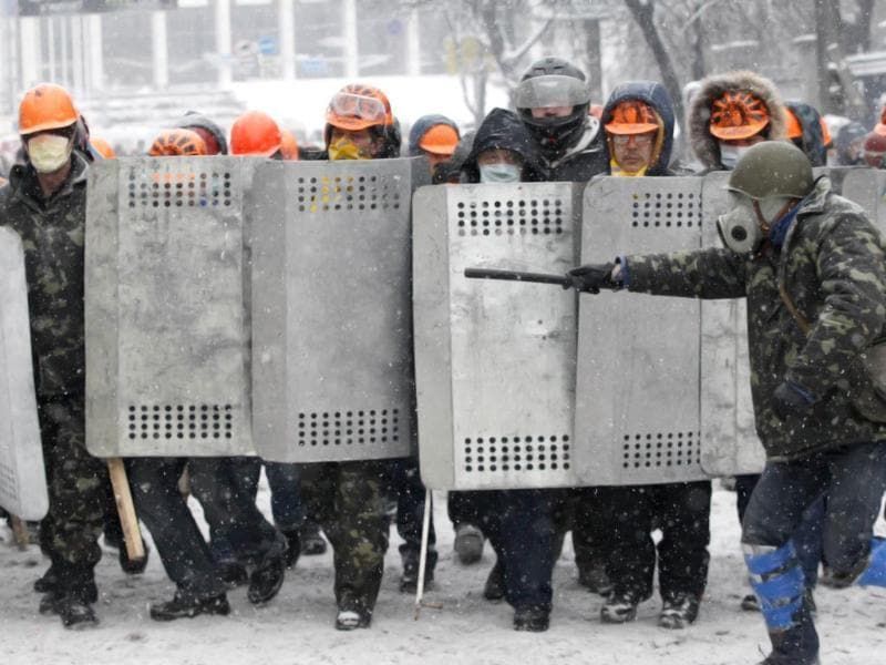 Pro-European protesters line up during clashes with Ukrainian riot police in Kiev. (Reuters Photo)