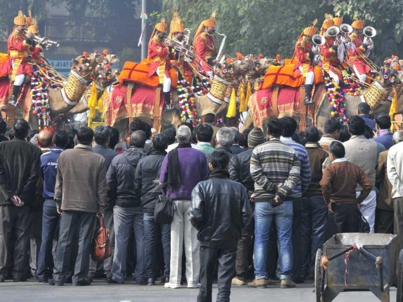 People watching Republic Day Rehearsals at ITO, in New Delhi on Thursday.(Photo by Sushil Kumar/Hindustan Times)