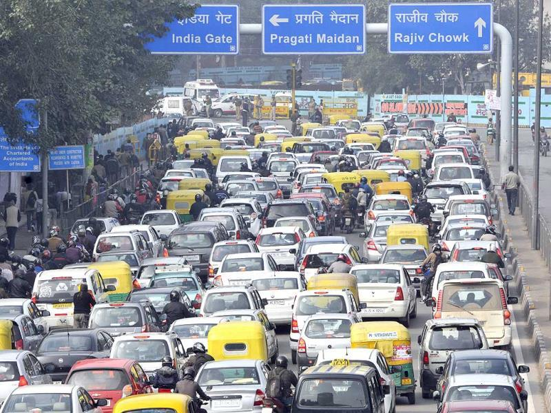 Traffic congestion during the Republic Day Rehearsals at ITO, in New Delhi on Thursday. (Photo by Sushil Kumar/Hindustan Times)