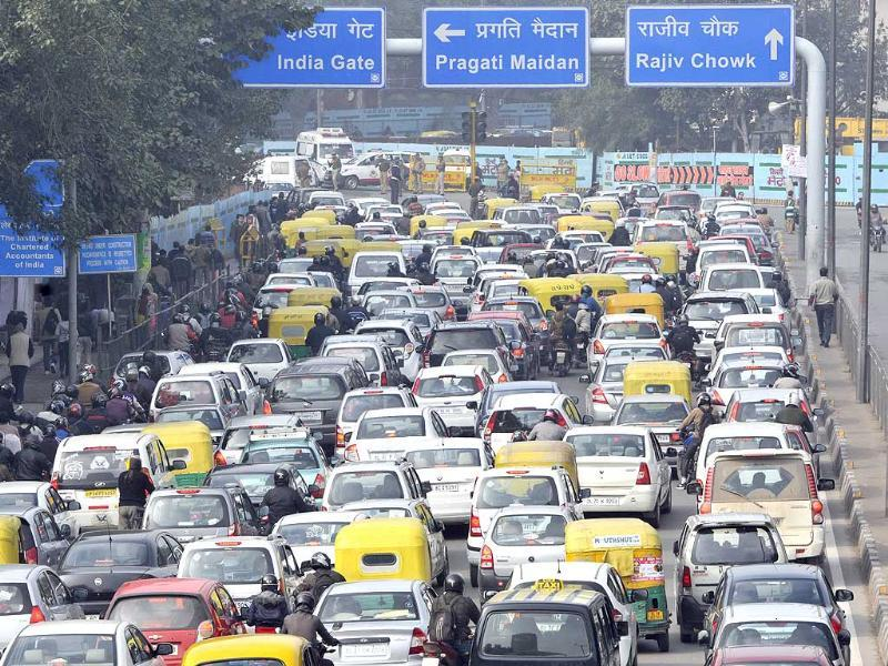 As the full dress rehearsal for the Republic Day parade begins in the capital, commuters are hit by traffic snarls near ITO, in New Delhi. (Sushil Kumar/HT photo)