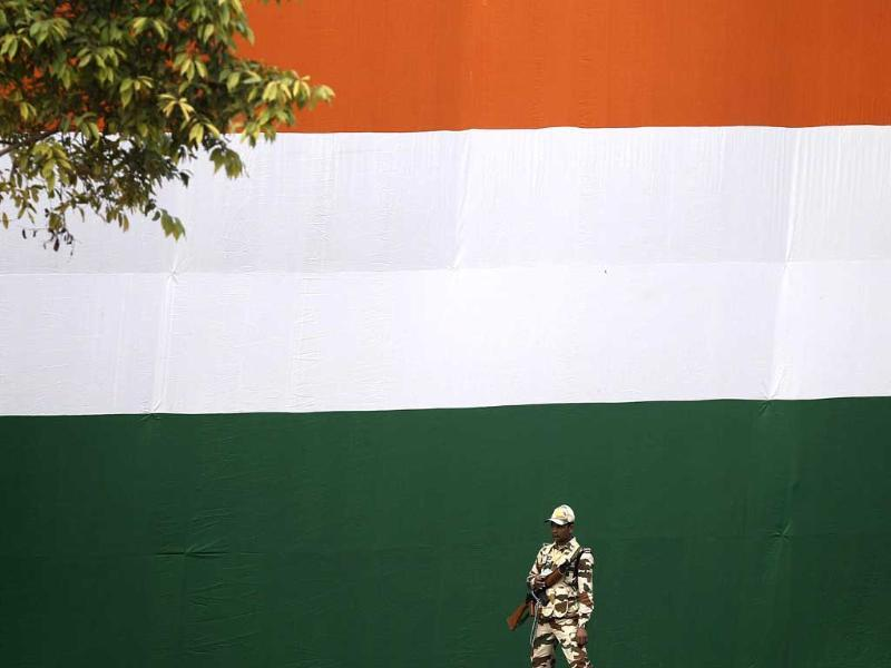 A paramilitary soldier stands guard during the full dress rehearsal for the Republic Day parade in New Delhi. (Reuters photo)