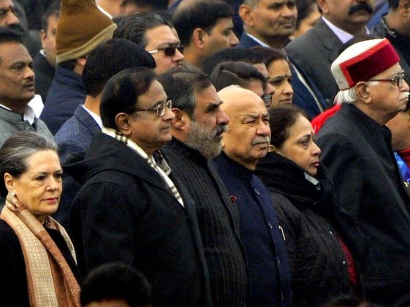 Congress president Sonia Gandhi, finance minister P Chidambaram, commerce minister Anand Sharma, home minister Sushilkumar Shinde and BJP leader LK Advani at Rajpath to participate in the Republic Day celebration. (HT Photo/ Mohd Zakir)