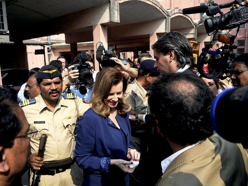 Valerie Trierweiler, surrounded by media and security personnel after visiting the Nutrition Rehabilitation and Research Centre at a hospital in the Dharavi area of Mumbai. (AFP)