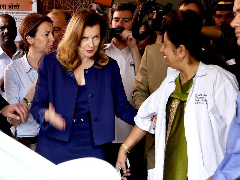Valerie Trierweiler speaks with hospital staff as she visits patients at Sion government hospital in Mumbai. (AP)