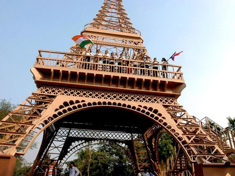 A girl looks at an eight-meter Eiffel Tower replica given by France's ambassador to Honduras to Tegucigalpa's Mayor Ricardo Alvarez in Tegucigalpa. (AFP photo)