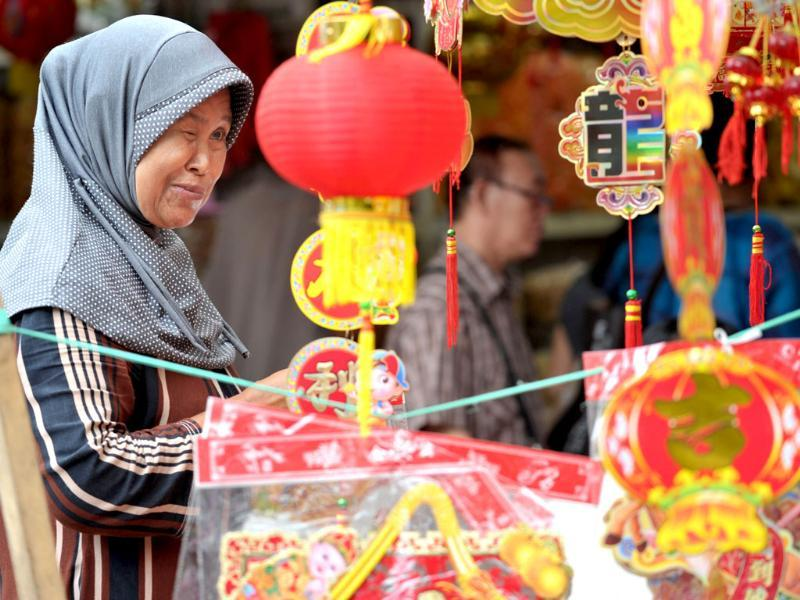 A woman stands near a stall selling decorations to welcome the upcoming Lunar New Year Year of the Horse in Jakarta. Indonesia's ethnic Chinese was forbidden to celebrate the Lunar New Year during the 30 year regime of Indonesian dictator Suharto until his downfall in 1998. (AFP photo)
