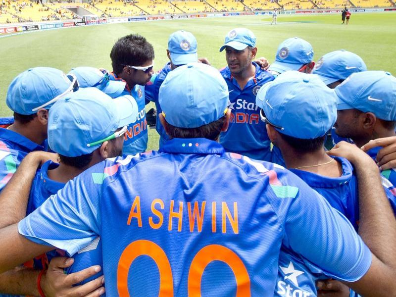 Ravichandran Ashwin (C) huddles with his team before the fifth and final international ODI against New Zealand in Wellington. (AFP Photo)