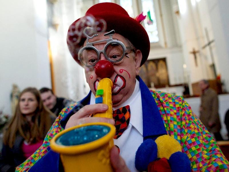 A clown entertains children during a service in memory of celebrated clown Joseph Grimaldi at a church in Dalston, east London. (AFP photo)