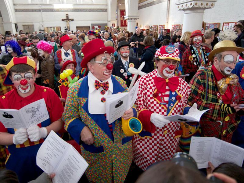 Clowns dressed in full costume attend a Service in memory of celebrated clown Joseph Grimaldi at a church in Dalston, east London.(AFP photo)
