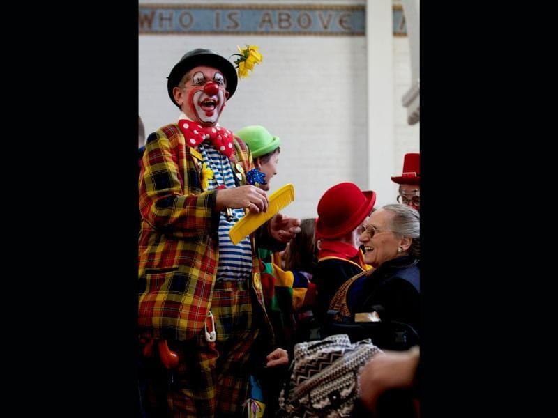 A clown entertains the congregation during a service in memory of celebrated clown Joseph Grimaldi at a church in Dalston, East London. (AFP photo)