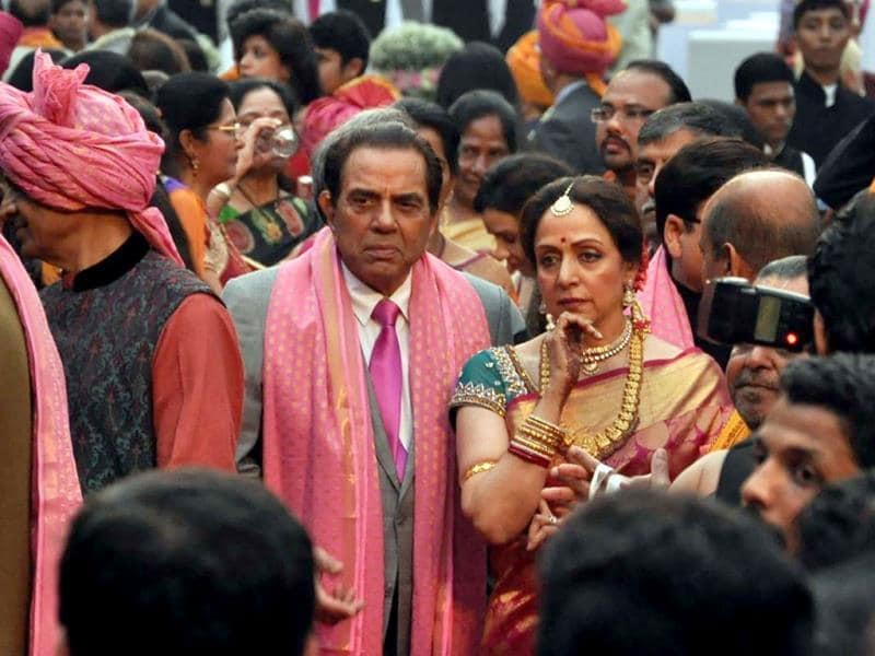 Dharmendra poses with his wife Hema Malini during their daughter Ahana's wedding ceremony in Mumbai on February 2, 2014. (AFP Photo)