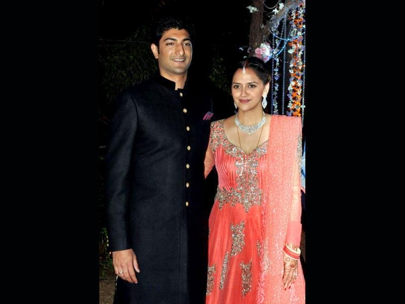Ahana Deol poses with her husband Vaibhav Vohra during their wedding ceremony. (AFP Photo)