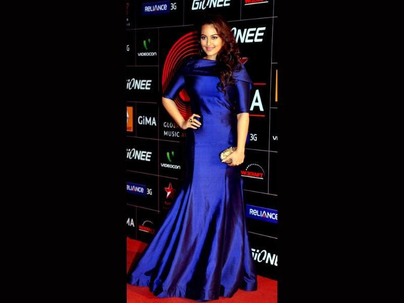 Having lost a lot of weight, Sonakshi Sinha looks gorgeous in a gown at a fashion award nite.