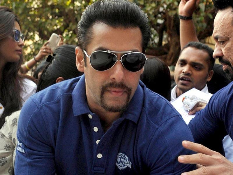 Salman Khan attends the 'Little Hearts Marathon', a children's marathon of up to 2 kms, organized by Wadia Hospital and Siddhivinayak Temple in Mumbai on February 9, 2014. AFP PHOTO