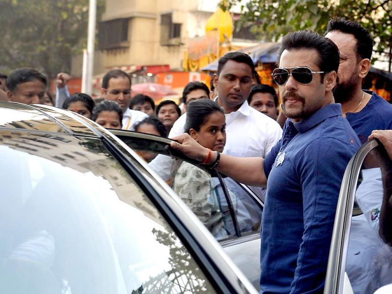 Salman Khan at the Little Hearts Marathon, a children's marathon of up to 2 kms, organized by Wadia Hospital and Siddhivinayak Temple in Mumbai on February 9, 2014. AFP PHOTO