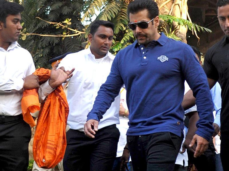 Salman Khan in a hurry? At the 'Little Hearts Marathon', a children's marathon of up to 2 kms, organized by Wadia Hospital and Siddhivinayak Temple in Mumbai on February 9, 2014. AFP PHOTO