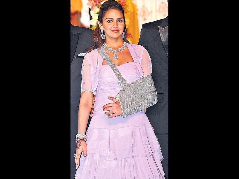 Despite an injured arm, Esha Deol rocked sister Ahana's wedding in style, matching her outfits with glamorous slings, right from a red studded sling to a shimmery gold one. (HT Photo)