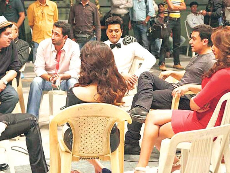 Aamir Khan with Ritesh Deshmukh, Sajid Khan, Saif Ali Khan, Bipasha Basu and Tamannah on the sets of Humshakals.
