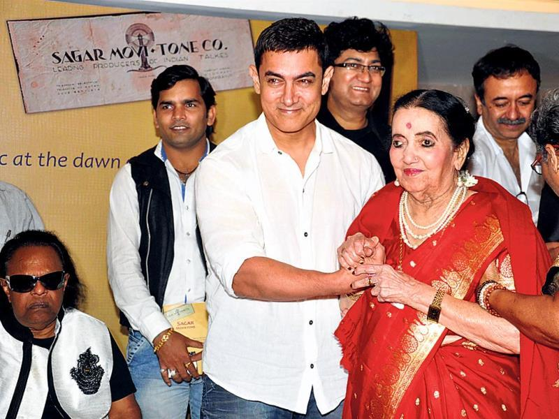 Aamir Khan with 96-year-old singer Sushila Rani Patel.