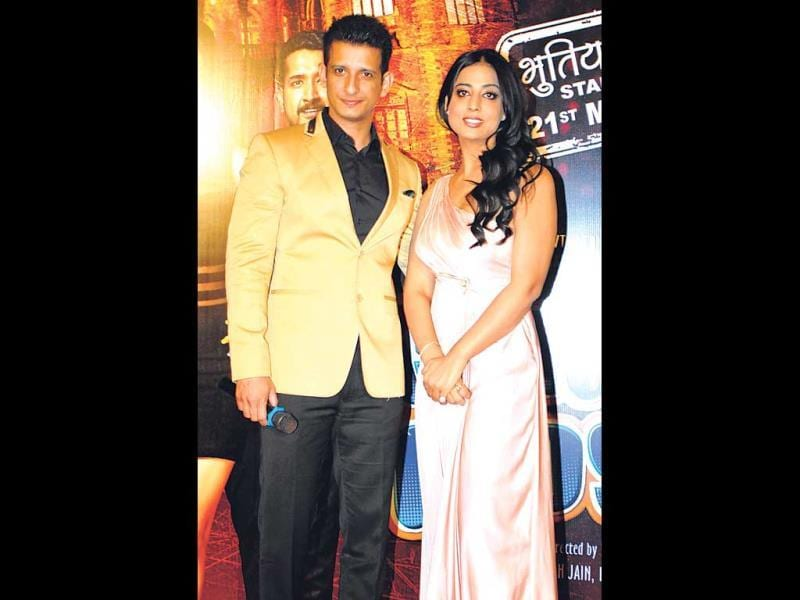 Sharman Joshi and Mahie Gill distributed popcorn to shutterbugs, at a movie event