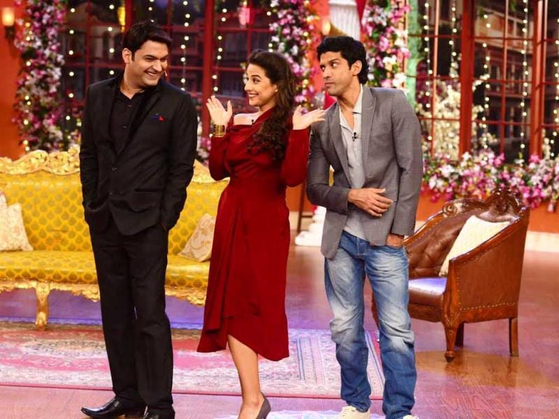 Kapil Sharma enjoys the company of Vidya Balan while Farhan Akhtar gets jealous during their promotional visit to Comedy Nights with Kapil for Shaadi Ke Side Effects.
