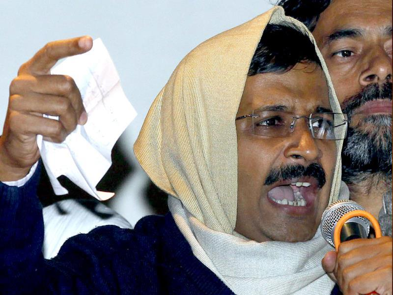 Delhi's chief minister Arvind Kejriwal waves his resignation letter as he addresses supporters at the Aam Aadmi Party office in New Delhi on February 14, 2014. (AFP photo)