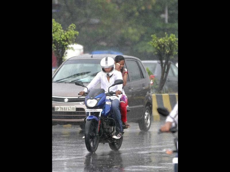 Sudden downpour in Mumbai brought lovers on the streets (Kunal Patil/HT)