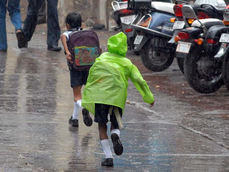 Excited kids run from school into the rain (Kunal Patil/HT)