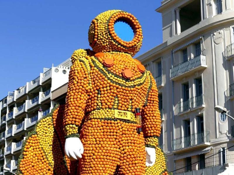 A sculpture, representing a scuba diver, made of oranges and lemons in Menton on the French Riviera, ahead of the start of the Fete du Citron (Lemon carnival). (AFP photo)