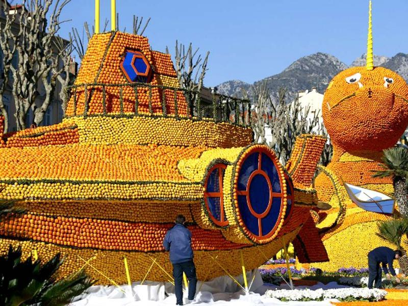A man works on a sculpture, representing a submarine, made of oranges and lemons in Menton on the French Riviera, ahead of the start of the Fete du Citron (Lemon carnival). (AFP photo)
