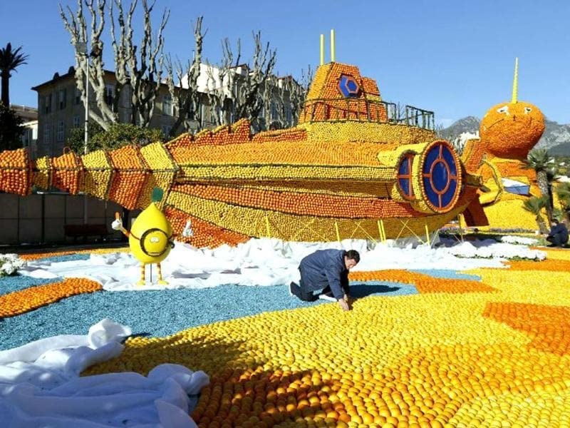 A man works on a sculpture made of oranges and lemons in Menton on the French Riviera, ahead of the start of the Fete du Citron (Lemon carnival). (AFP photo)