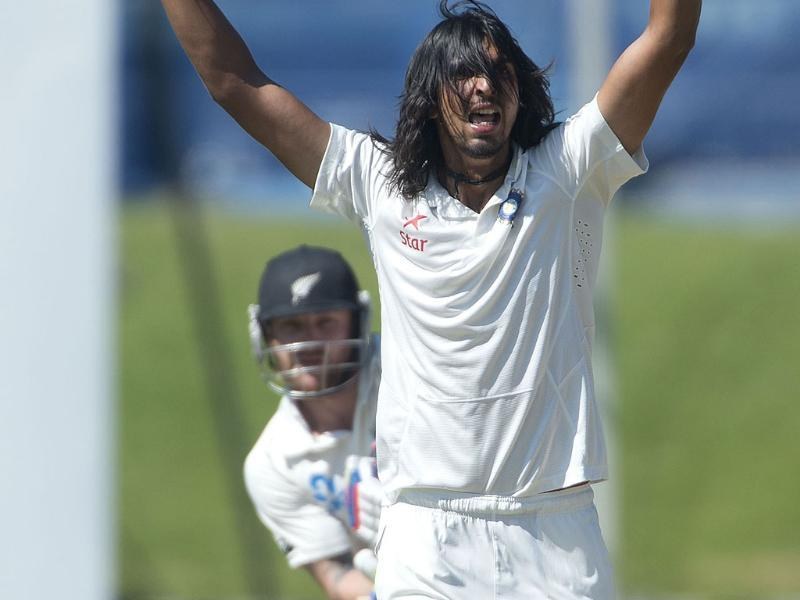 Ishant Sharma (R) appeals for an LBW on Brendon McCullum (L) of New Zealand during Day 4 of the 2nd Test at the Basin Reserve in Wellington. (AFP Photo)