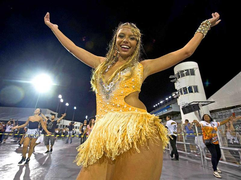 A dancer of the Gavioes da Fiel samba school rehearses at the Sambadrome in Sao Paulo, Brazil, on February 16, 2014. Gavioes da Fiel's theme for this year's carnival is an homage to Brazilian former football star Ronaldo (AFP photo)