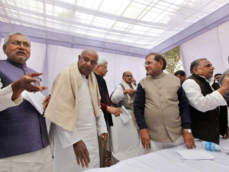 (L-R) Chief minister of Bihar Nitish Kumar, JD(S) leader H D Deve Gowda, CPI(M) general secretary Prakash Karat, Janta Dal(U) chief Sharad Yadav, Samajwadi Party chief Mulayam Singh Yadav, and AIADMK leader M Thambi Durai during the third front meeting in New Delhi on Tuesday (Arvind Yadav/HT)
