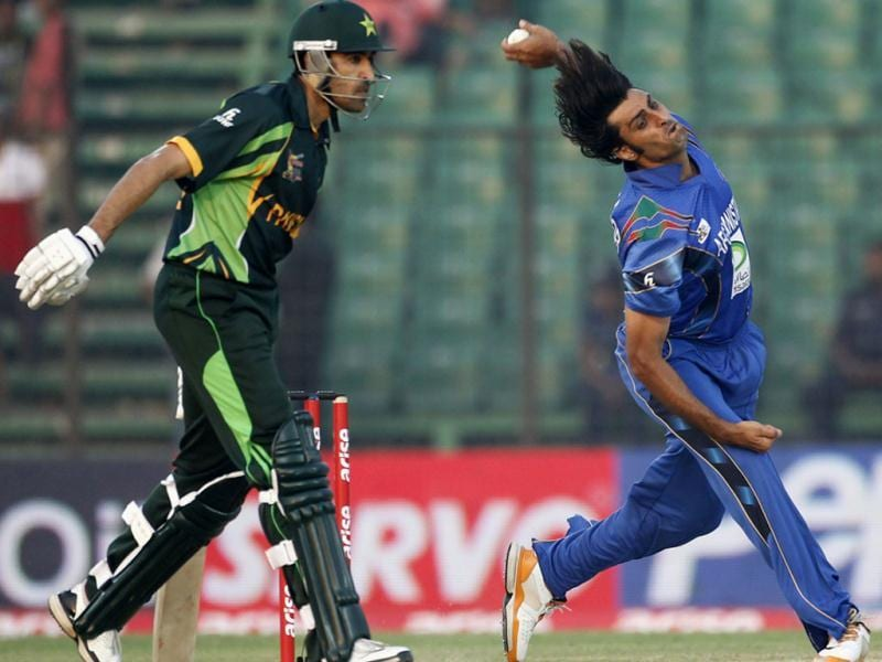 Afghanistan's Shapoor Zadran bowls as Pakistan's Umar Gul (L) watches during their Asia Cup 2014 match in Fatullah. (Reuters Photo)