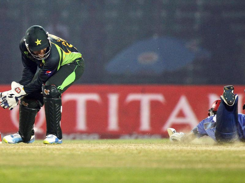 Pakistan's wicketkeeper Umar Akmal (L) dislodges the bails during the Asia Cup match against Afghanistan in Fatullah, Bangladesh. (AP Photo)