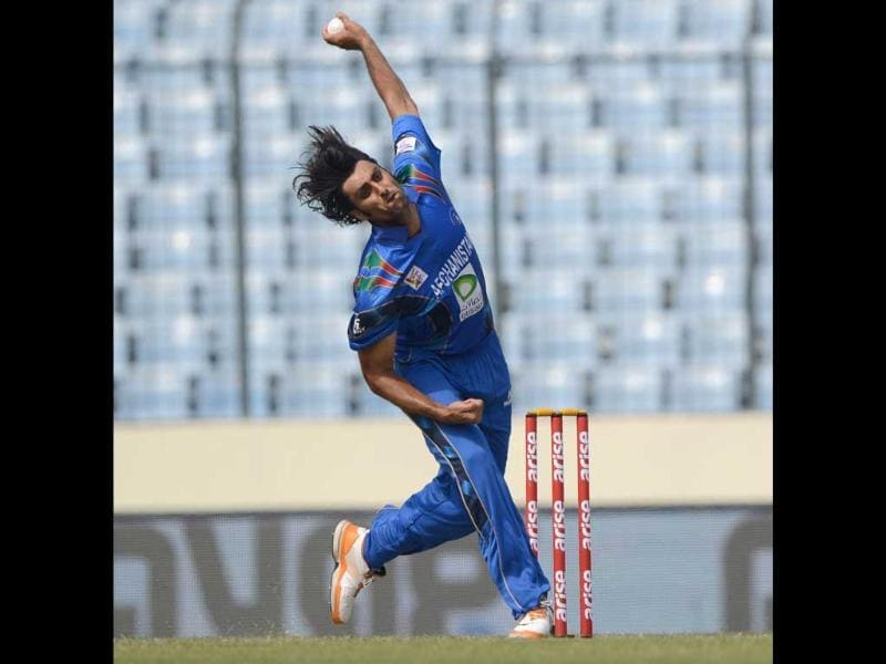 Afghanistan bowler Shapoor Zadran delivers a ball during the seventh match of the Asia Cup against Sri Lanka at the Sher-e-Bangla National Cricket Stadium in Mirpur. (AFP Photo)