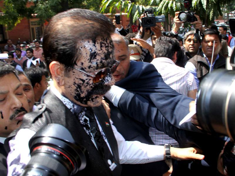 Ink was thrown on Sahara chairman Subrata Roy when he arrived at the Supreme Court in New Delhi. (HT Photo/Arun Sharma)