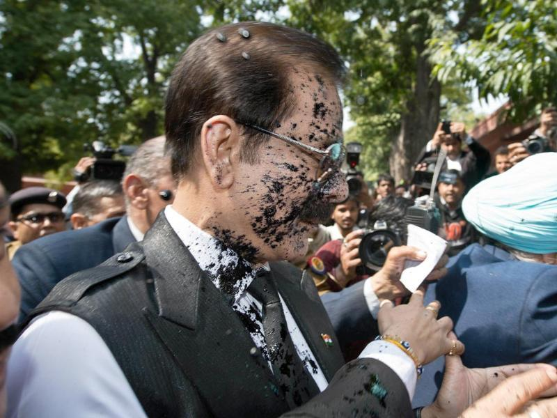 Black ink is thrown at Sahara group chairman Subrata Roy's face as he arrives at the Supreme Court in New Delhi. (AFP Photo)