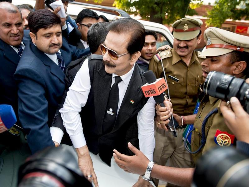 Security officials escort Sahara group chairman Subrata Roy (C) on his arrival at the Supreme Court in New Delhi on March 4, 2014. (AFP Photo)
