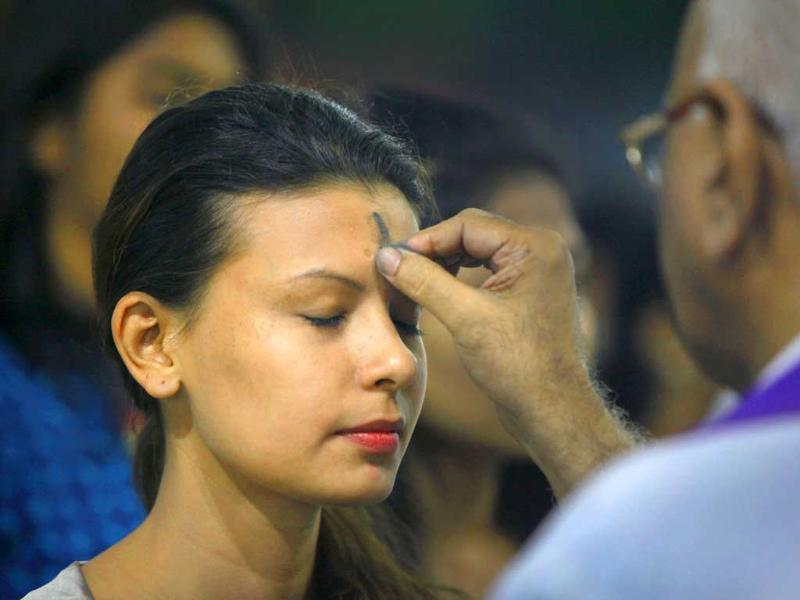 A priest applies ash to the forehead of Christains at Victoria Church in Mahim, Mumbai. (Kalpak Pathak/HT Photo)