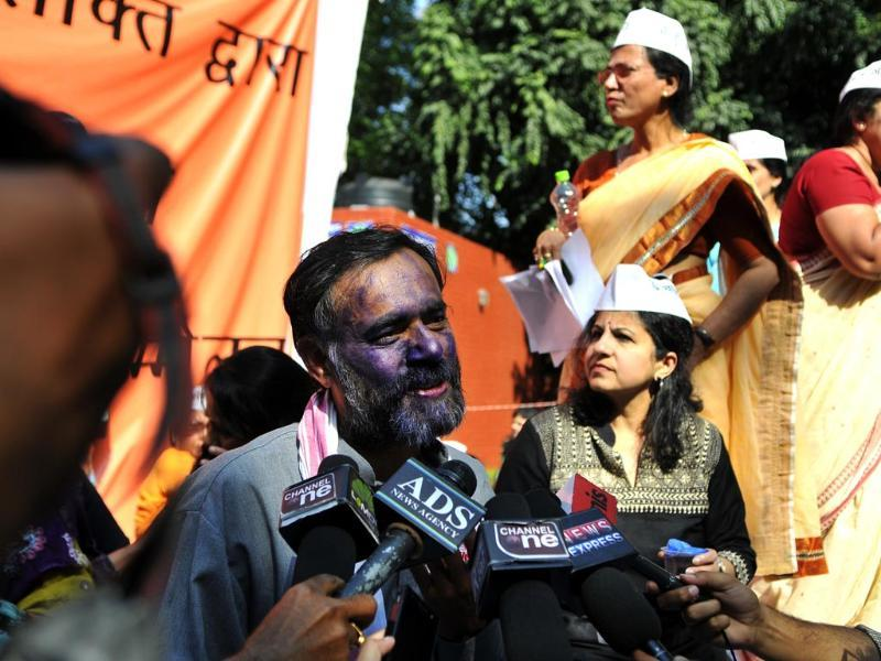 A youth smears ink on Aam Admi Party leader Yogendra Yadav's face at a women's rally on International Women's Day at Jantar Mantar in Delhi. ( HT photo/Subrata Biswas)