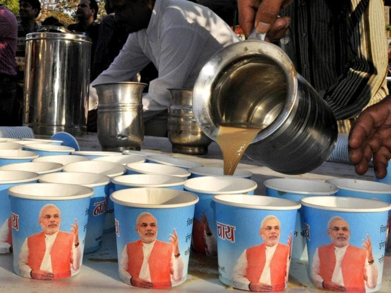 A tea-maker distributes tea during BJP's prime ministerial candidate Narendra Modi's 'Chai pe Charcha' sessions at Shalimar Bagh in New Delhi. (HT photo/Sonu Mehta)