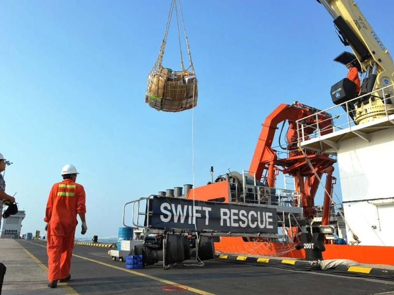 The Singaporean submarine support and rescue vessel, MV Swift Rescue, is prepared to assist in the search for missing Malaysian Airlines flight MH370 in Singapore. (Reuters photo)