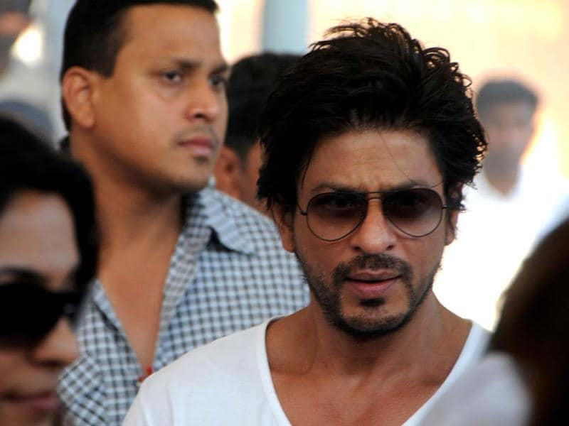 Shah Rukh Khan attends the cremation ritual of Bobby Chawla, the late brother of Indian actress Juhi Chawla, in Mumbai on March 9, 2014. (AFP Photo)