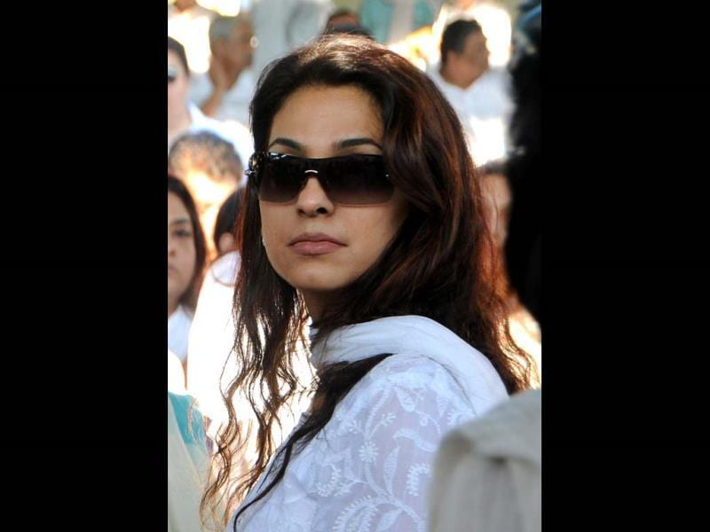 Juhi Chawla attends the cremation ritual of her late brother Bobby Chawla in Mumbai on March 9, 2014. (AFP Photo)